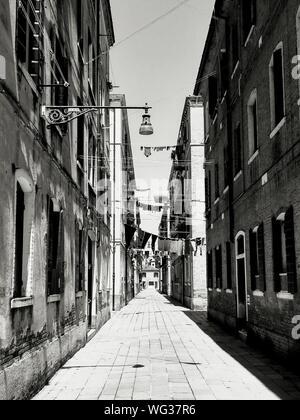 Rue étroite au milieu d'anciens bâtiments en ville