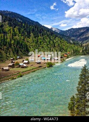 Vue panoramique de la rivière qui traverse la gamme de montagne Banque D'Images