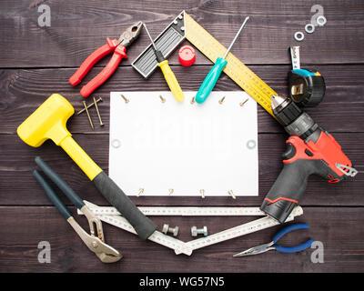 Tourné directement au-dessus de divers outils de travail sur table Banque D'Images