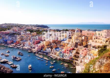 Vue panoramique sur le vieux village de maisons de pêcheurs et de la marina Corricella, un classique de la vue panoramique sur l'île de Procida, Italie. Banque D'Images
