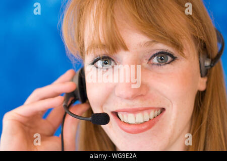 Close-up Portrait Of Happy Young Woman Wearing Headphones Banque D'Images