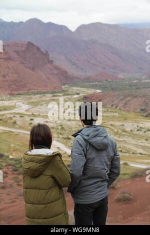 Vue arrière du couple Standing On Mountain Landscape Banque D'Images
