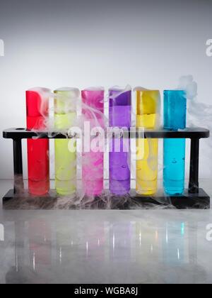 Tubes à essais avec des liquides colorés Banque D'Images