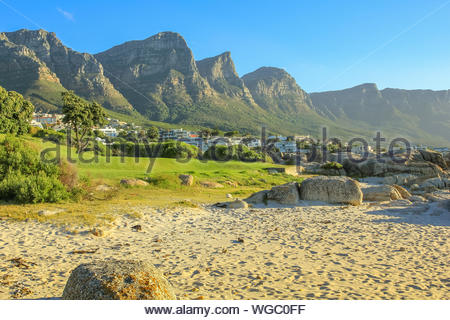 Long blanc et spectaculaire plage de Camps Bay avec le Parc National de Table Mountain derrière lui. Camps Bay est l'une des plus exclusive de l'Afr Banque D'Images