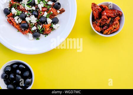 Style grec traditionnel, avec salade de fromage Feta, tomates séchées et olives noires