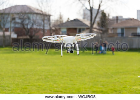 Drone Quadcopter avec Camera Flying In Yard Banque D'Images