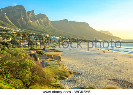 Long blanc et spectaculaire plage de Camps Bay avec le Parc National de Table Mountain derrière lui à Cape Town, Afrique du Sud, vue sur l'océan Atlantique. Cliché pris Banque D'Images