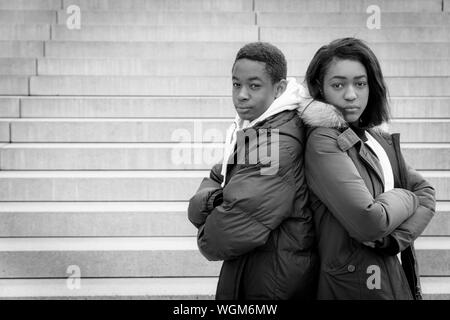 Portrait of Young Couple Wearing Winter Coats debout ensemble en colimaçon