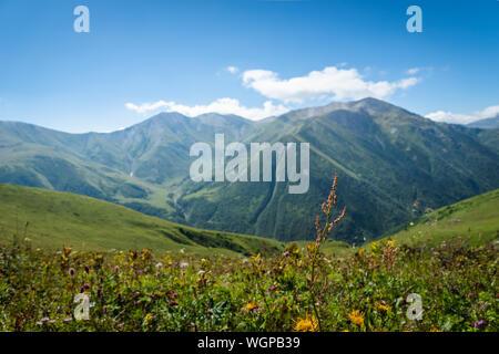 Paysage avec des montagnes de Svaneti sur le trekking et randonnées à vélo près de Mestia village dans la région de Svaneti, Georgia.