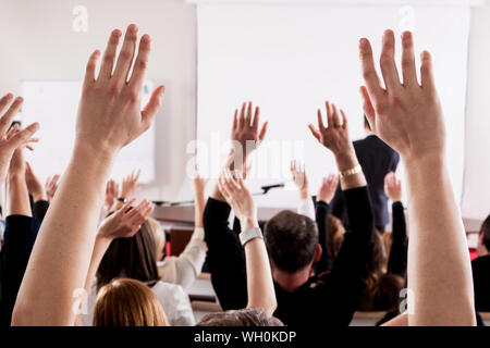 People With Arms raised in Lecture Hall au cours de séminaire