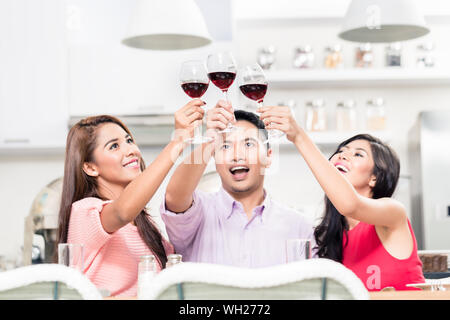 Cheerful friends raising toast au bar Banque D'Images