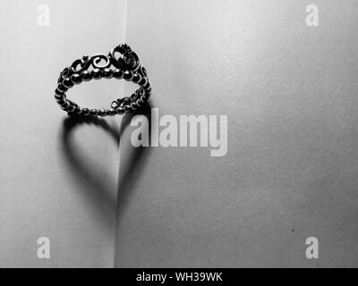 Directement au-dessus de l'anneau de faire de l'ombre en forme de coeur sur le livre Banque D'Images