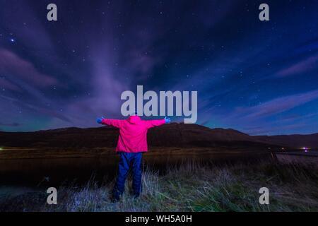 Vue arrière de l'homme debout sur le terrain contre le ciel de nuit Banque D'Images