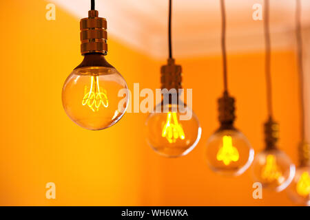 Close-up of Hanging Light bulbs Banque D'Images