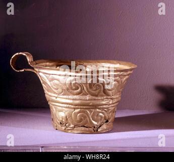 Rivalisant avec les richesses de Mycènes. Tasses d'or d'une tombe à Peristeria, près de Pylos, c.1500 BC Banque D'Images