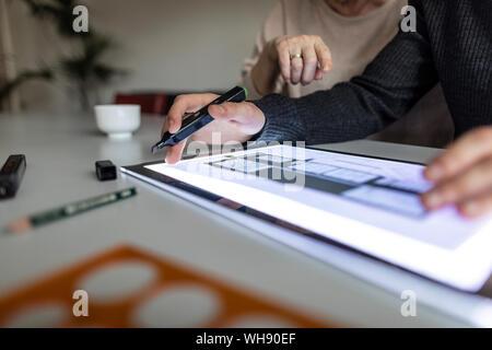 Close-up de l'homme à l'aide de tablette avec plan d'architecture