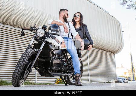 Couple de rire sur moto Banque D'Images