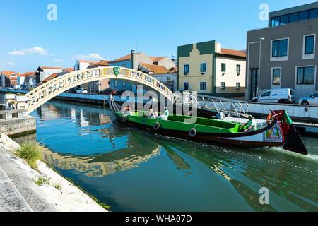 Moliceiro navigation sur le Canal de São Roque et pont de Carcavelos, Aveiro, Venise du Portugal, Beira Litoral, Portugal, Europe Banque D'Images