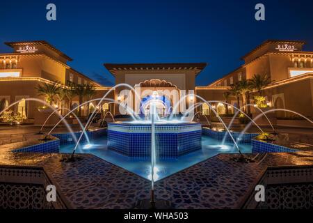 L'île de Saadiyat Rixos la nuit, Abu Dhabi, Émirats arabes unis, au Moyen-Orient.