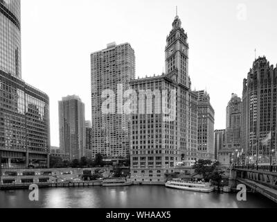 Low Angle View Of Wrigley Building par rivière Chicago contre le ciel au coucher du soleil