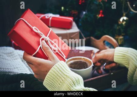 Portrait de mains tenant la tasse de café et des cadeaux Banque D'Images