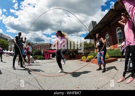 Une femme de style hollandais, double corde sauts à la sueur des jolies filles, une activité de conditionnement physique Fest le 15 septembre 2018 à Atlanta, GA. Banque D'Images