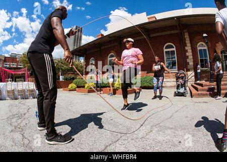 Une femme de style hollandais, double corde sauts à la sueur des jolies filles Fest, le 15 septembre 2018 à Atlanta, GA. Banque D'Images