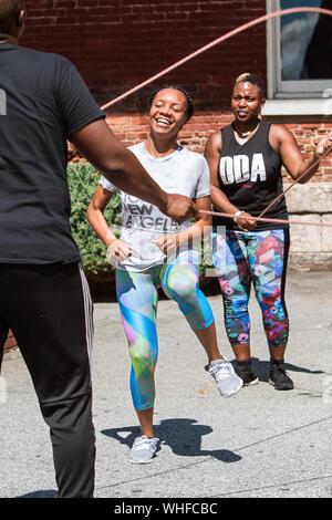 Une jeune femme style hollandais double corde saute à la sueur des jolies filles Fest événement remise en forme le 15 septembre 2018 à Atlanta, GA. Banque D'Images