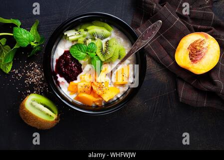 Flocons d'avoine avec des fruits frais et fruits frais Banque D'Images