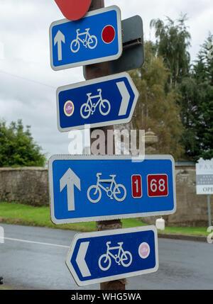 Panneau de signalisation routière de la voie du cycle indiquant la voie du cycle spécifiquement pour les cyclistes. Panneau de signalisation routière à vélo image blanche du vélo sur fond bleu.