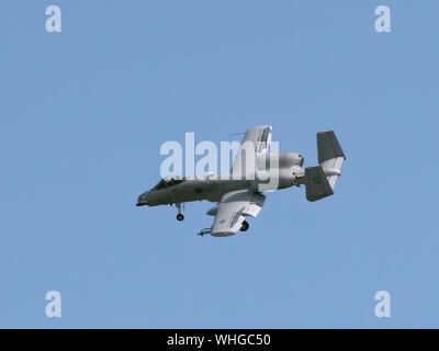 BOSSIER CITY, LA, - 23 nov. 28, 2019: un avion d'attaque de l'US Air Force, la République Fairchild A-10 Thunderbolt II, survole la ville dans son approche t