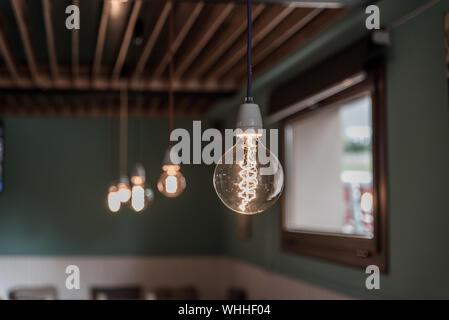 Ampoules lumineux suspendus dans Store Banque D'Images