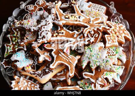 High Angle View of fresh biscuits au gingembre dans un bol à la maison Banque D'Images