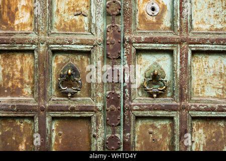 Vue rapprochée d'une vieille porte en bois décoré de Jodhpur, Rajasthan, Inde. Jodhpur est la deuxième plus grande ville de l'état indien du Rajasthan, Inde Banque D'Images