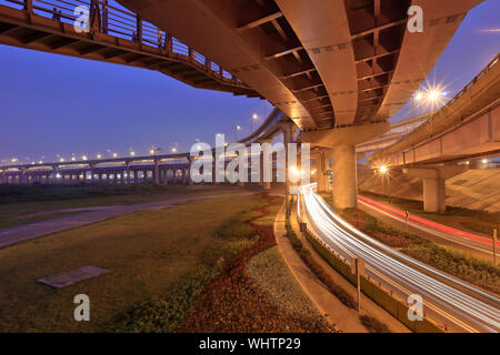 High Angle View of Light Trails sur les routes ci-dessous Bridge at Dusk Banque D'Images