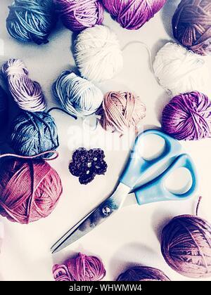 Portrait de balles de laine colorés et de ciseaux sur la table Banque D'Images