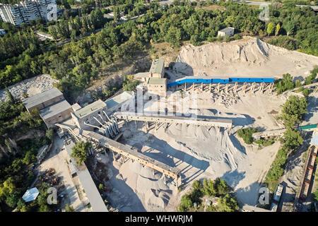 Vue aérienne de l'usine de traitement de la colonne de sable au bord d'un étang de carrière de sable de quartz blanc pour le sable de quartz, faite avec drone Banque D'Images