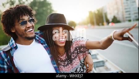 Couple de touristes de prendre une marche dans une rue de ville trottoir dans une journée ensoleillée