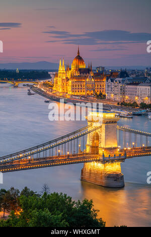 Budapest, Hongrie. Aerial cityscape image de Budapest avec le pont à chaînes Széchenyi et le Parlement pendant l'été, le coucher du soleil. Banque D'Images
