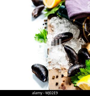 Les moules fraîches sur la glace pour la cuisson Banque D'Images