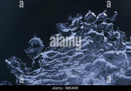 Modèle de glace sur fond noir Banque D'Images