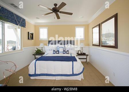 Vue d'une chambre à thème nautique à l'accueil Banque D'Images