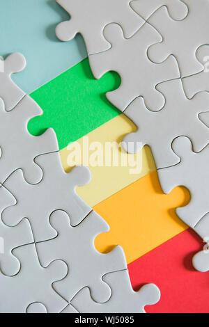Manquant de l'arc-en-ciel jigsaw puzzle pieces Banque D'Images