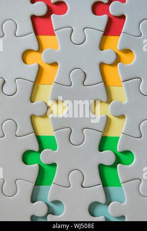 Les bords de l'arc-en-ciel de débranché jigsaw puzzle pieces Banque D'Images