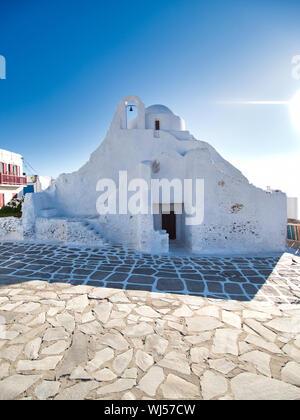 Murs blancs de minable de Paraportiani Église orthodoxe sur street de la ville de l'île de Mykonos en Grèce