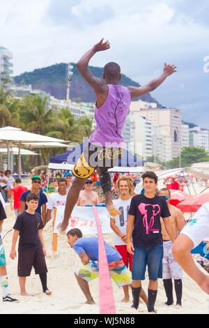 RIO DE JANEIRO - 03 NOVEMBRE 2012: candidat à la Slackline sur les sables de Copacabana à Rio Elephant Cup, tenue le 03 novembre, 2012 Le COPAC Banque D'Images