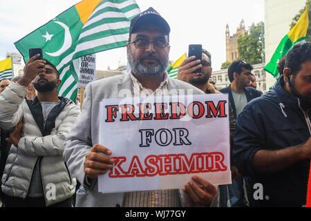 Westminster London,UK. 3 septembre 2019. Les manifestants avec des drapeaux du cachemire, se rassembler à la place du Parlement autour de la statue du Mahatma Gandhi en solidarité avec le peuple du Cachemire après le premier ministre indien Narendra Modi a prononcé un discours le jour de l'indépendance pour supprimer les droits spéciaux du Cachemire en tant que région autonome Crédit: amer ghazzal/Alamy Live News