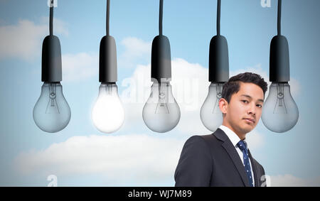 Image composite de cinq ampoules dans fond de ciel ligne Banque D'Images