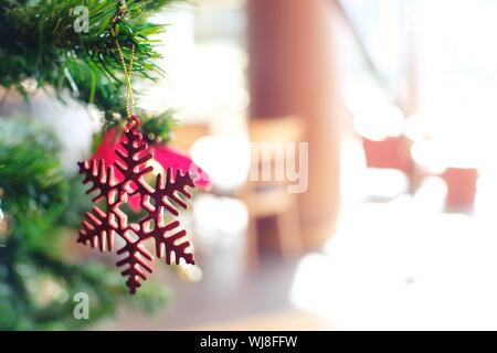 Close-up of Christmas Decoration Hanging on Tree Banque D'Images