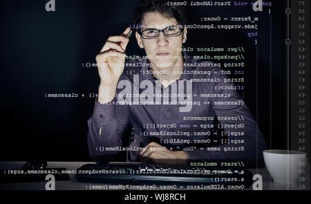Développeur de logiciels à l'aide de l'ordinateur de bureau à écran transparent Banque D'Images
